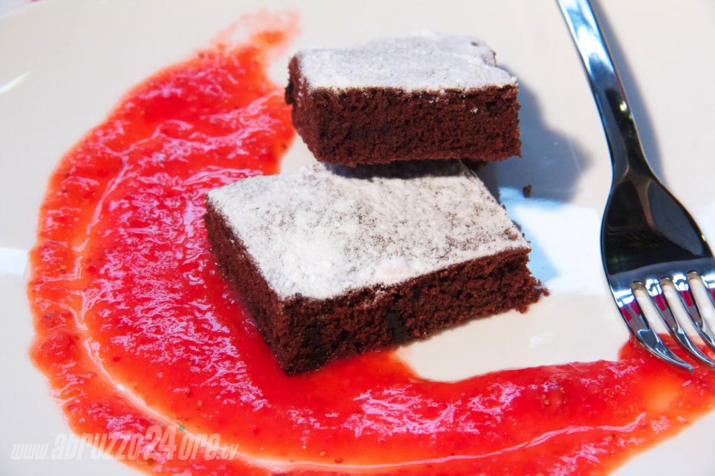 """Brownies """"Alleggeriti"""" con Salsa di Fragole. Il Peccato di Gola, Meno Peccaminoso!"""