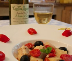 Nasello con pomodori datterini e olive nere – Bello, buono, sano e veloce FOTO e VIDEO