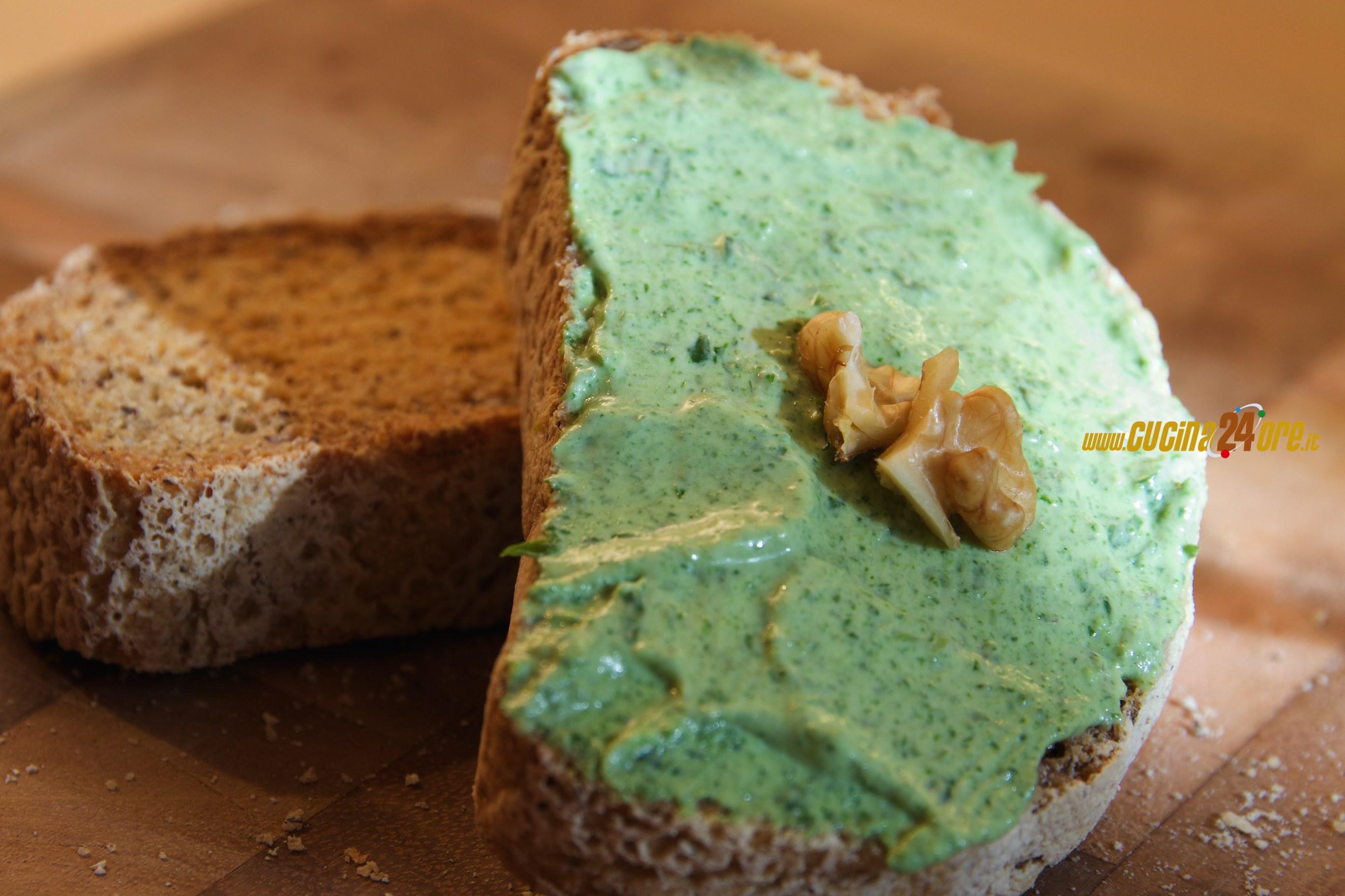 Crostini di Pane al Grano Saraceno con Pesto di Rucola e Noci Anche Senza Glutine