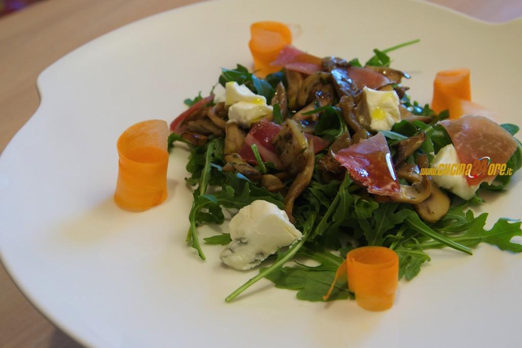 L'Insalata di Funghi, Rucola, Gorgonzola e Scaglie di Prosciutto. Pranzo Leggero Contro l'Afa Estiva.