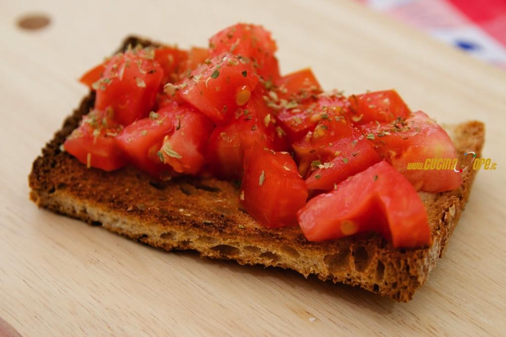 Bruschetta Rustica Al Pomodoro Con Aglio Strusciato – Anche Senza Glutine Con Pane Fatto A Mano