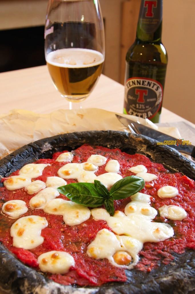 Pizza Margherita Nera al Carbone Vegetale – Leggera e Digeribile, Anche Senza Glutine