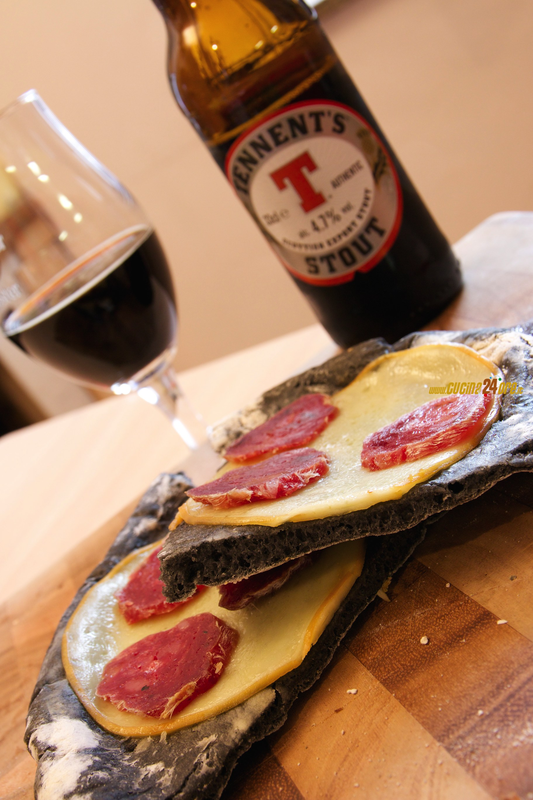 Pizza Nera al Carbone Vegetale con Scamorza Affumicata e Salame al Tartufo