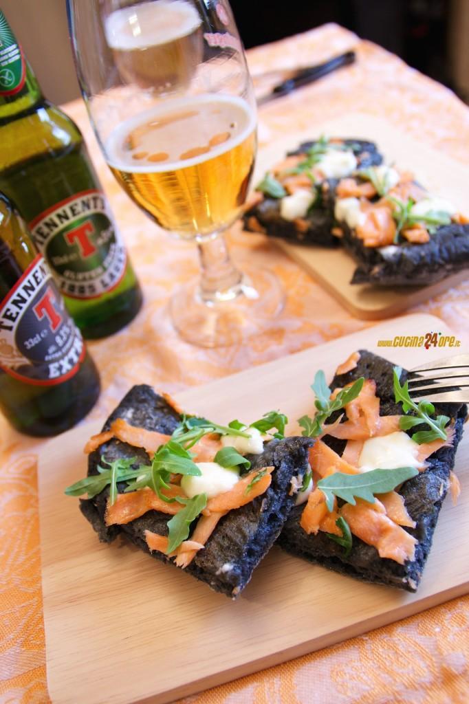 Pizza Nera al Carbone Vegetale con Salmone, Crescenza e Rucola – Leggera e Digeribile Anche Senza Glutine