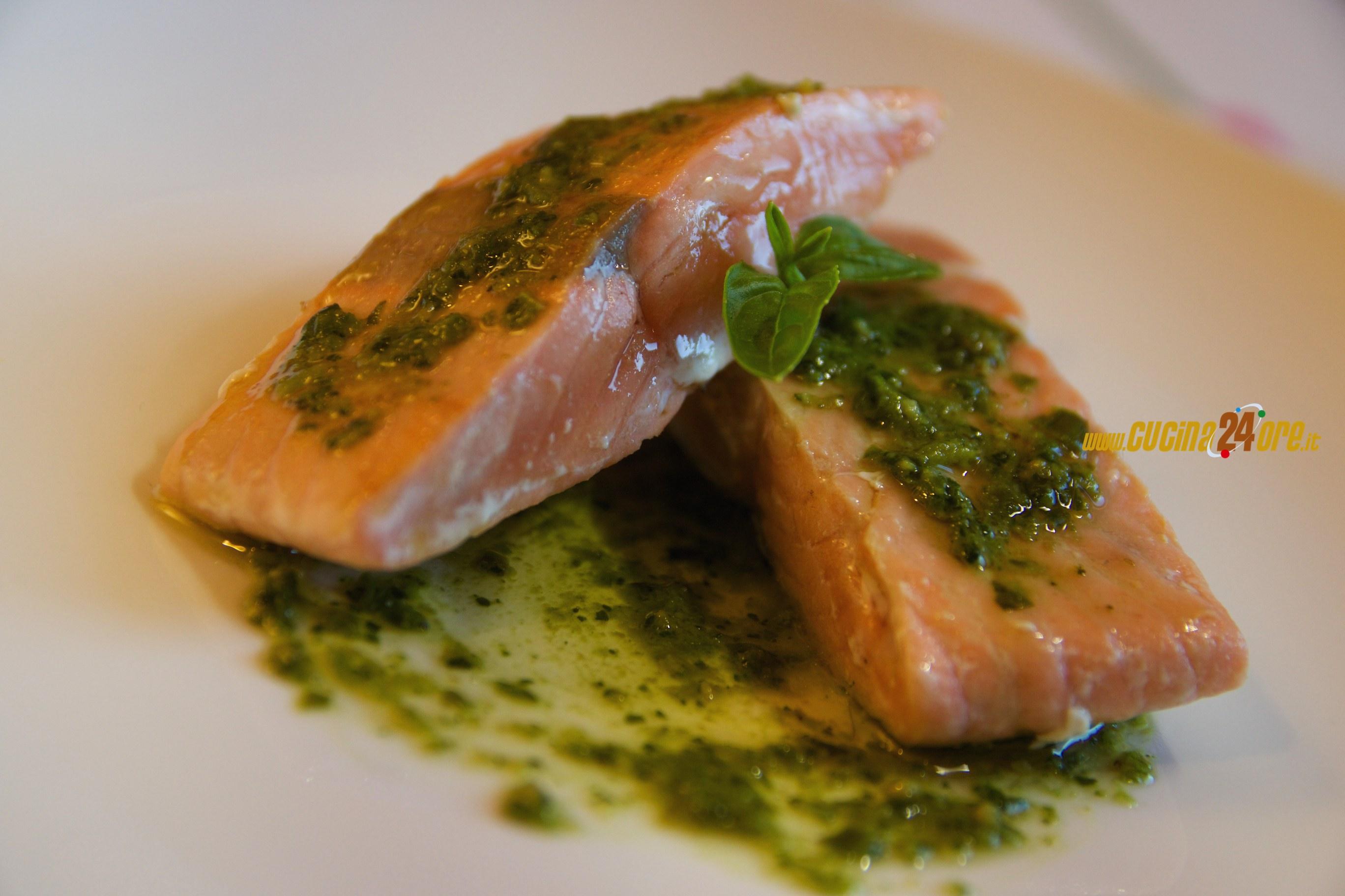 Salmone con pesto al basilico secondo di pesce velocissimo foto