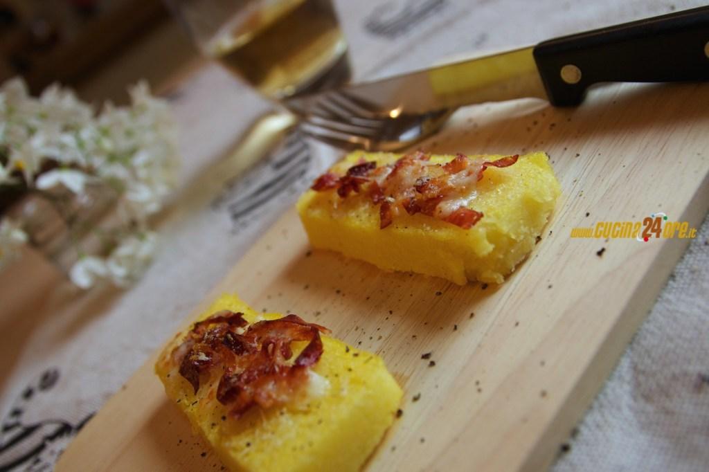 Crostini di Polenta con Speck e Formaggio – Antipasto Senza Glutine Per Il Pranzo delle Feste