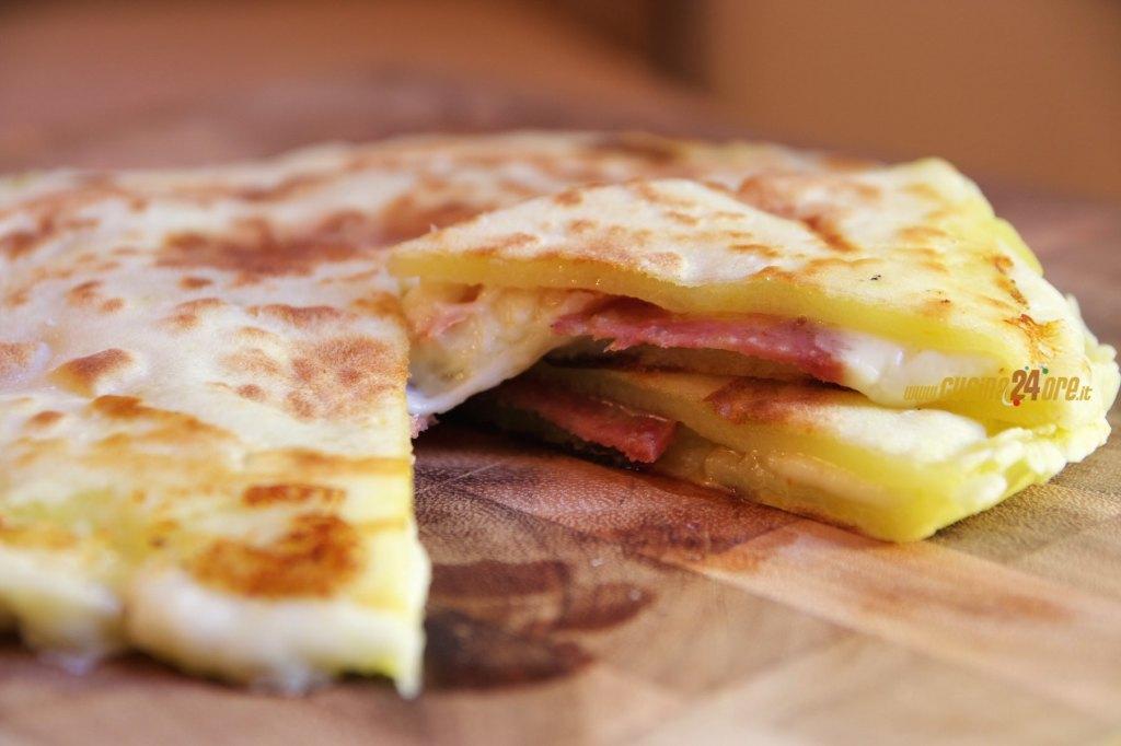 PIZZA di PATATE in PADELLA con Salame Piccante, SENZA GLUTINE e LIEVITO – Potato Pizza With Spicy Salami