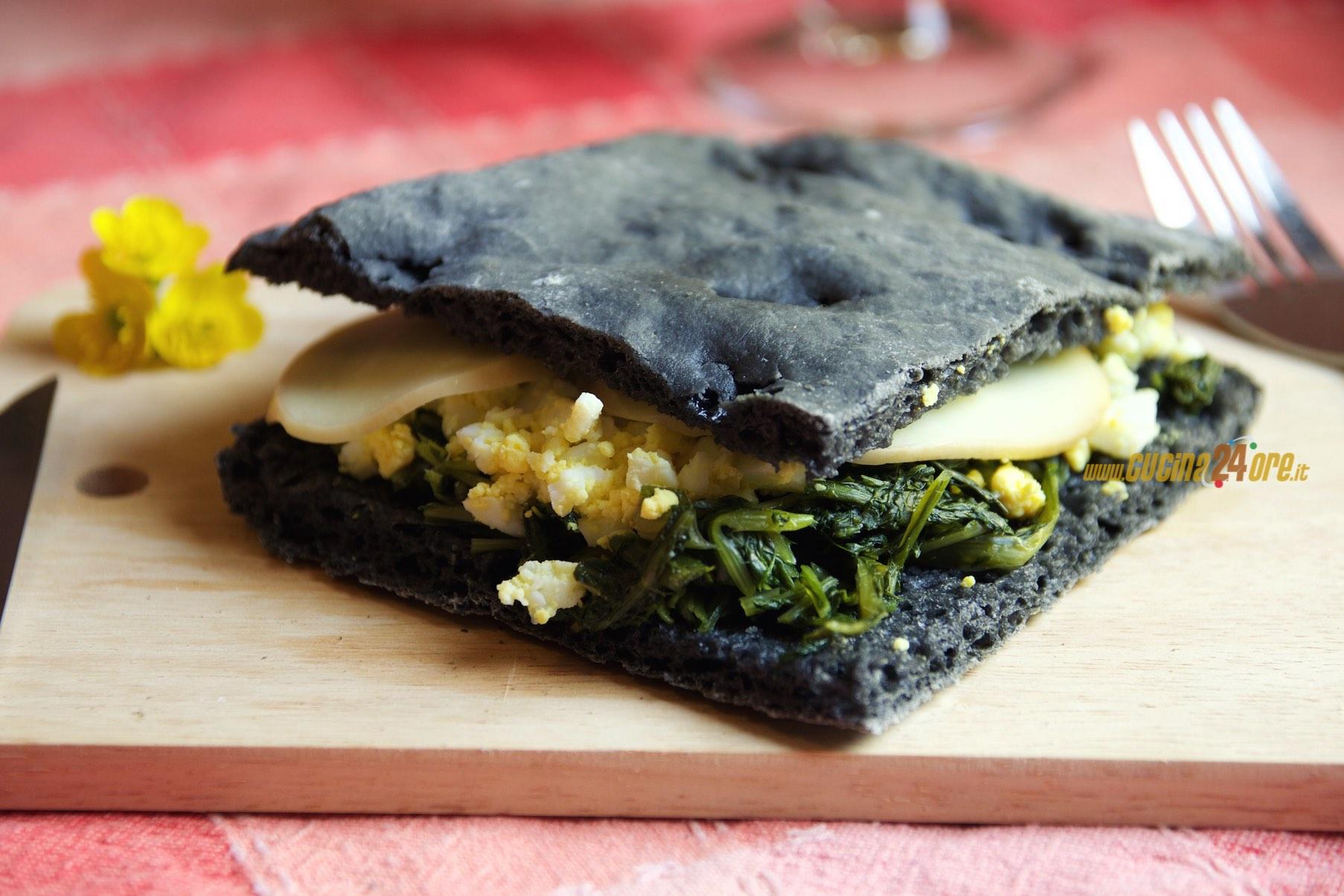 Focaccia Nera con Puntarelle, Uovo Sodo e Scamorza Affumicata