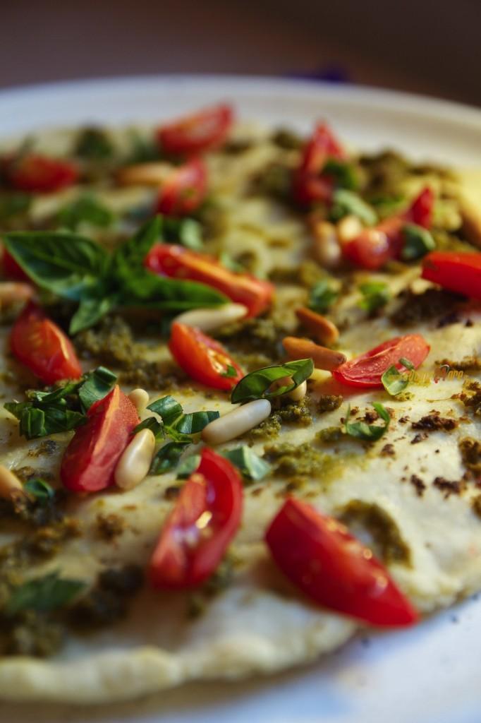 Pizza con Pesto di Basilico, Pomodorini e Pinoli Anche Senza Glutine