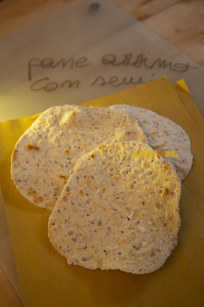 Pane azzimo senza lievito e glutine con semi vari, cotto in padella in pochi minuti