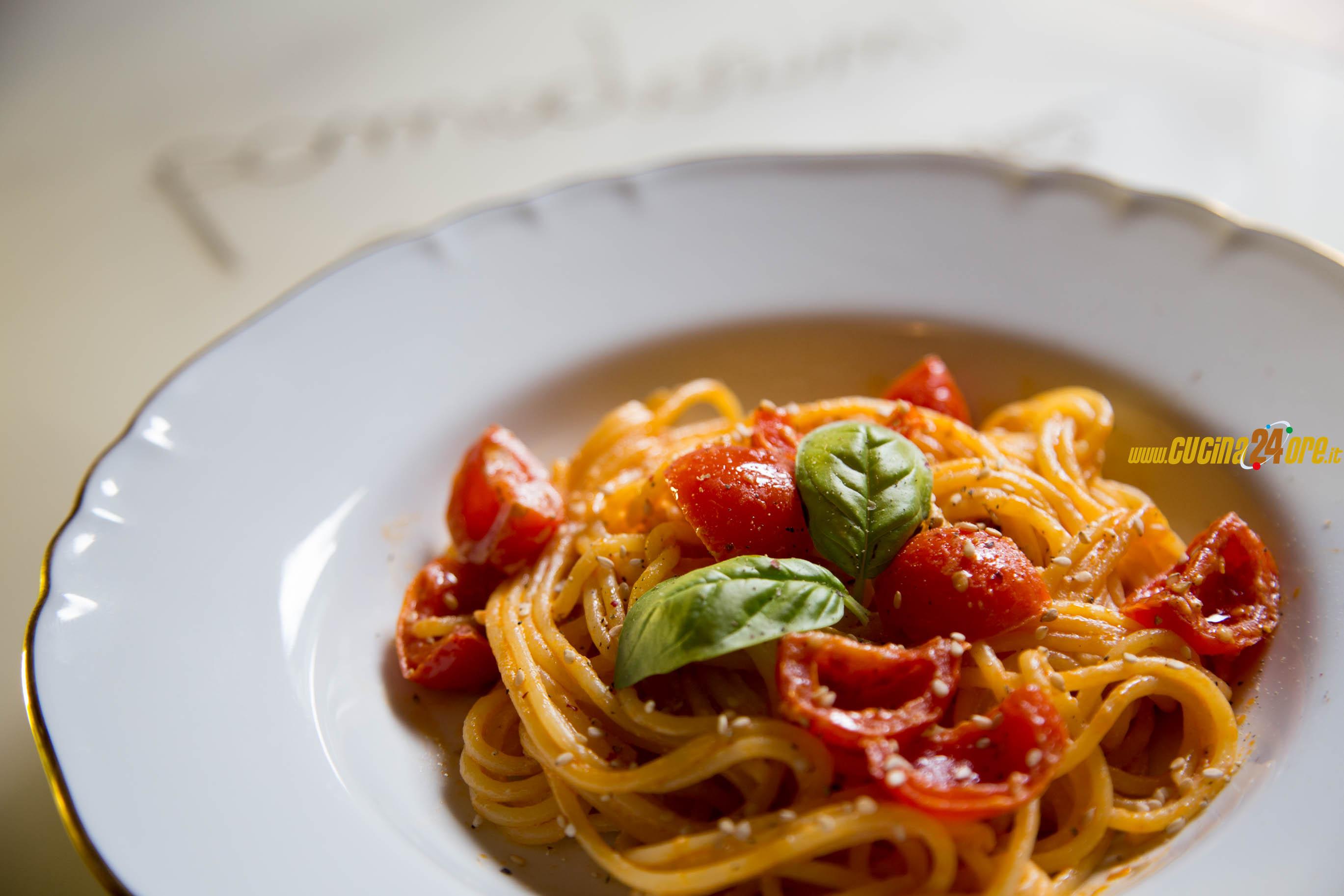 Gli Spaghetti ai Pomodorini Caramellati, Caprino e Sesamo