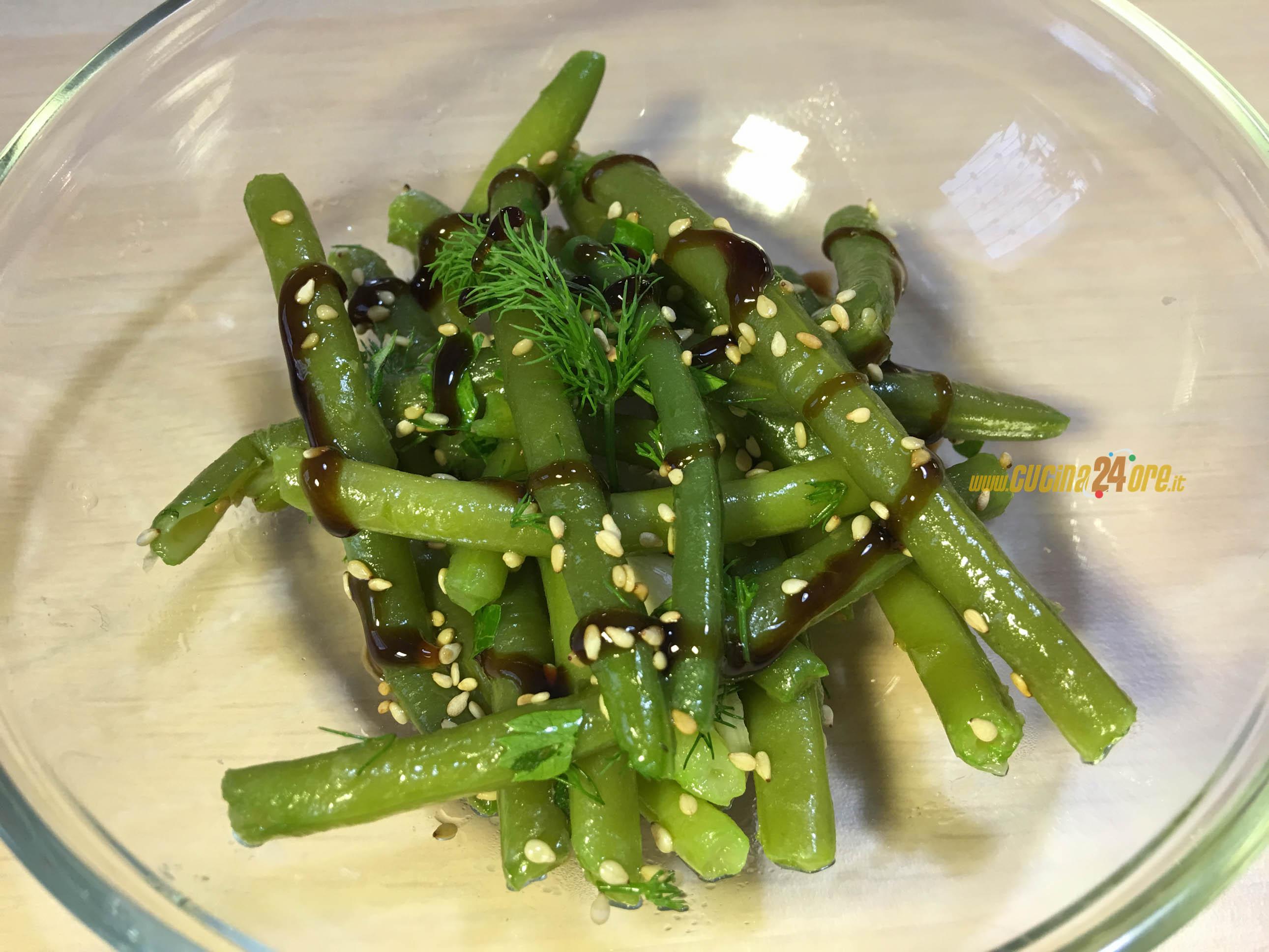 """Insalata di fagiolini """"aglio e menta"""" con semi di sesamo e glassa all'aceto balsamico FOTO e VIDEO"""