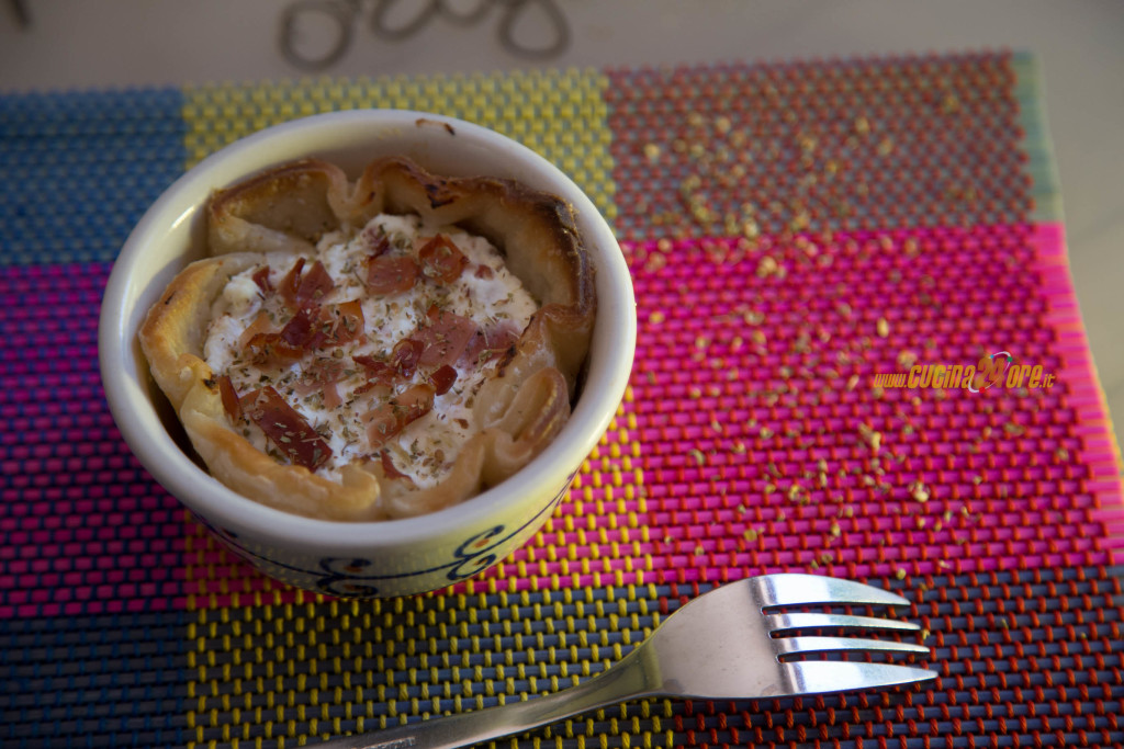 Tortino di pasta sfoglia con ricotta aromatizzata con origano e speck
