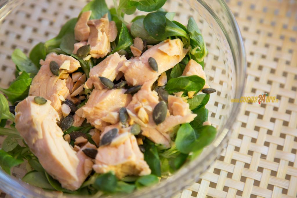 Valeriana con Salmone Affumicato, Granella di Mandorle e Semi di Zucca