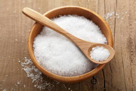 Gonfiore, cellulite, tutti i 5 rischi del sale in cucina!
