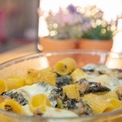 Pasta al Forno con Salsiccia, Scamorza, Broccoli, e Squacquerone – Tutti i Segreti per Cuocere le Verdure al Microonde