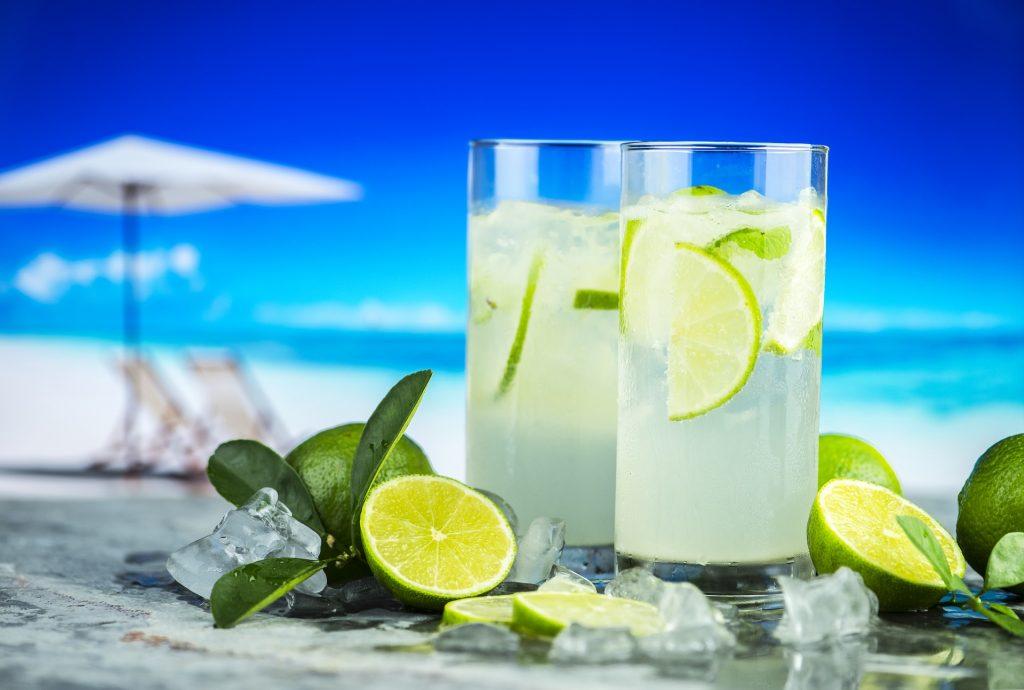 Dopo l'abbuffata di Ferragosto impazza la dieta del limone, ecco come sgonfiarsi in 24 ore
