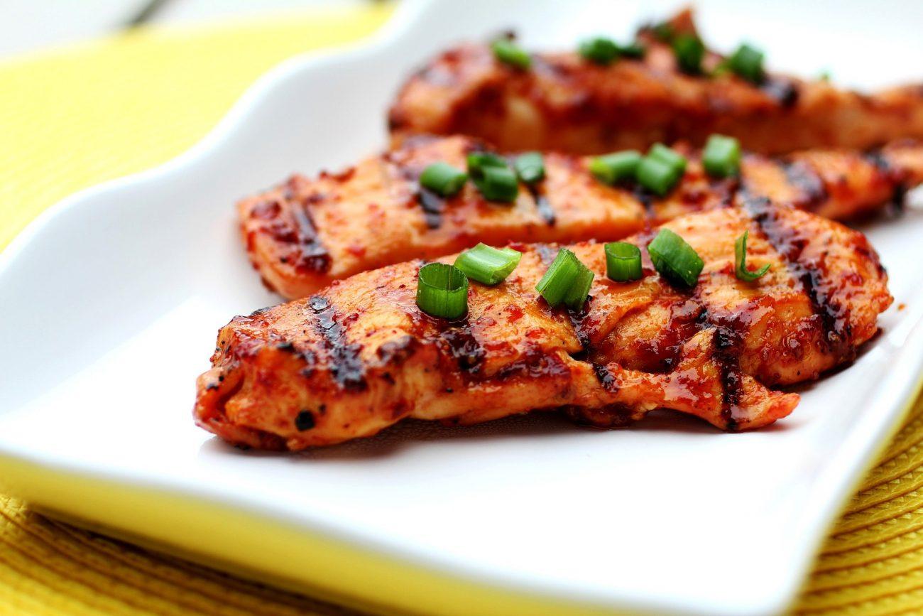 Mai lavare il pollo prima di cuocerlo, i batteri si diffondono
