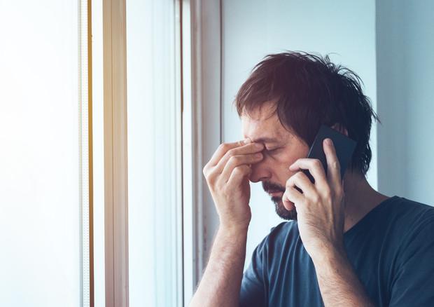 Mal di testa, lo smartphone potrebbe peggiorarlo