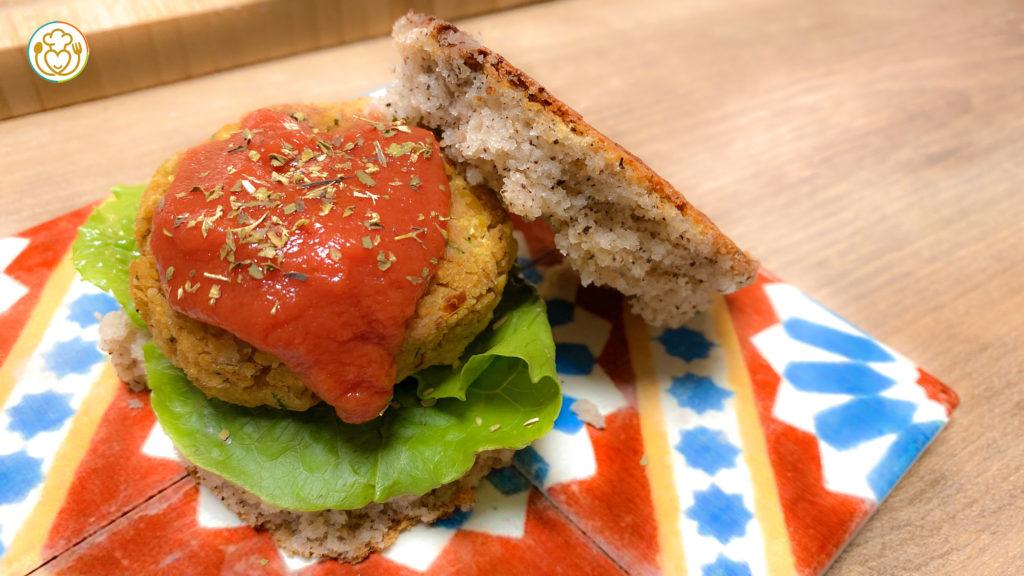 Burgher Vegetale di Ceci e Zucchine con Salsa Ketchup Fatta in Casa, in 3 Minuti